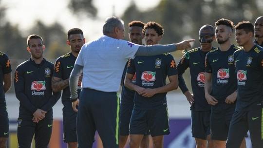Foto: (Tite conversa com jogadores durante treino da seleção brasileira)