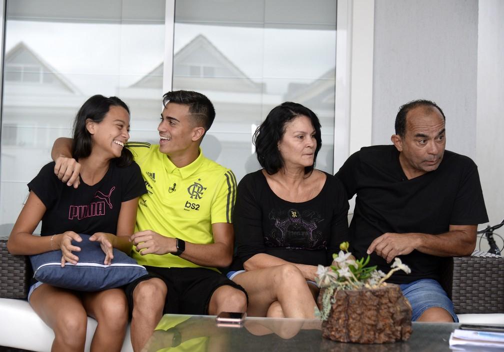 Reinier com sua irmã Julia, a mãe Suzana e o pai Mauro — Foto: André Durão