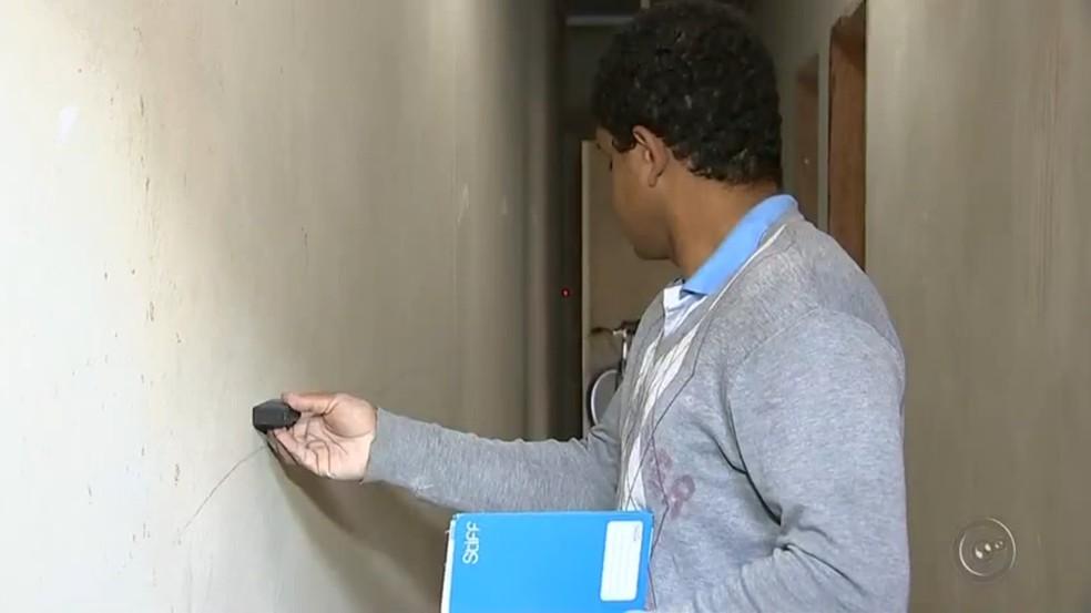 Com a trena elétrica, Diego consegue fazer o serviço que levaria horas em minutos (Foto: Reprodução/TV TEM)