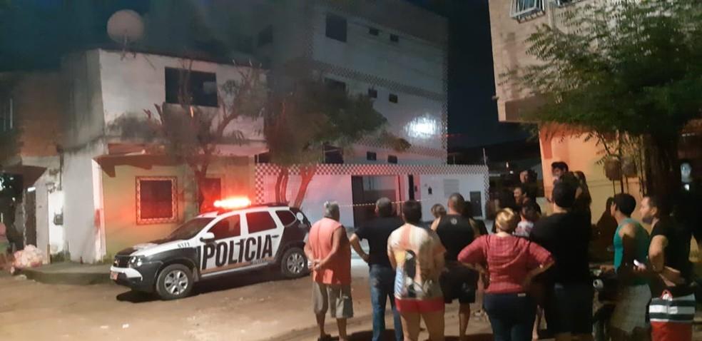 Moradores do residencial voltaram ao prédio em busca de informações durante a noite do sábado. — Foto: Leabém Monteiro/SVM