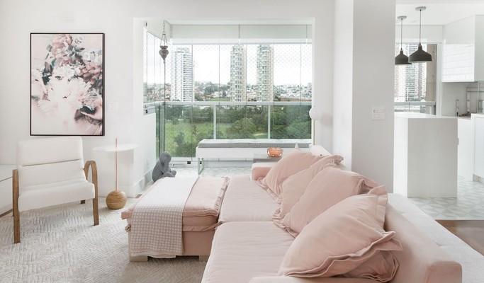 Branco e rosa suave trazem jovialidade para o primeiro apê da moradora