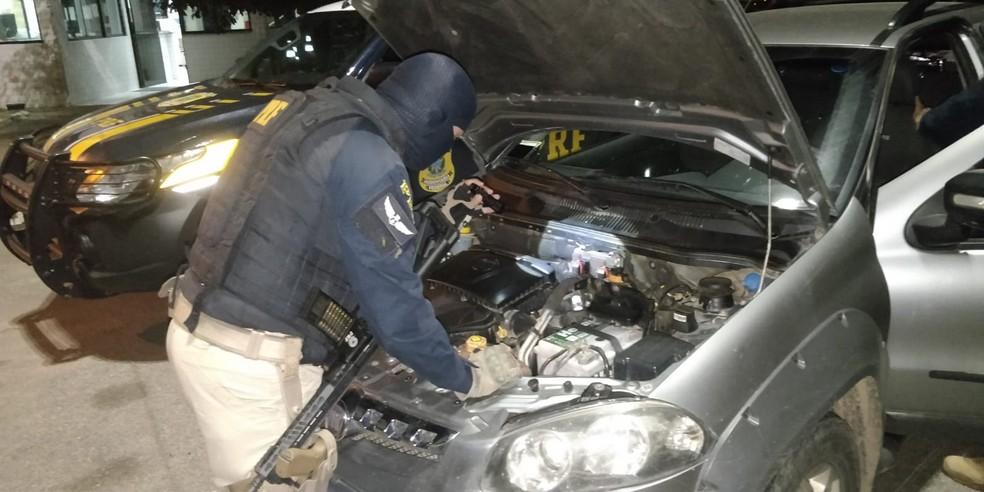 Carro roubado em Caruaru transportava maços cigarro — Foto: Polícia Rodoviária Federal
