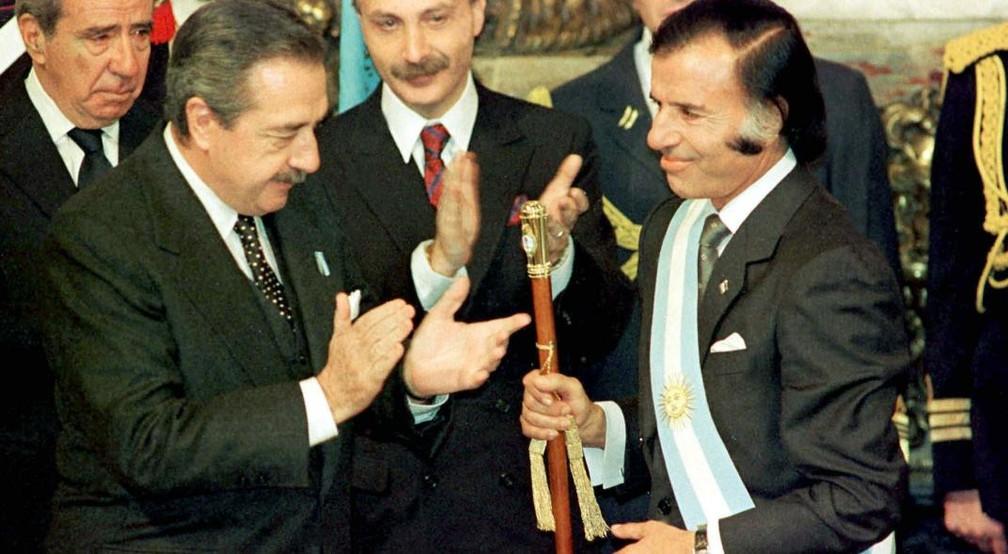 Carlos Menem, à direita, é empossado como presidente da Argentina em 1989 — Foto: Reuters/Presidencia de la Nación/Archivo via / Latin America News Agency