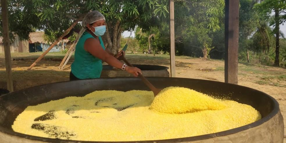 Agricultora trabalha na produção de farinha nas aldeias da etnia Munduruku, em Jacareacanga (PA) — Foto: Arquivo pessoal/Delival Batista