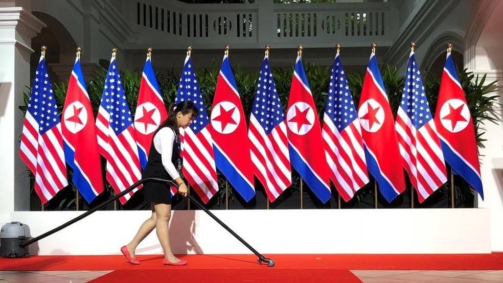 -  Palco com bandeiras dos dois países  Foto: Reuters