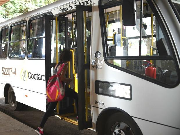 Micro-ônibus da empresa Cootarde, que é utilizado no transporte coletivo nas regiões administrativas do DF (Foto: André Borges/Agência Brasília)