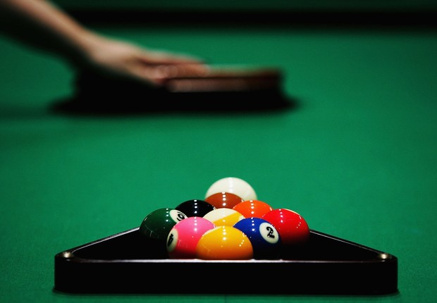 Bolas de bilhar SYDNEY, AUSTRALIA - NOVEMBER 14: A billiard table is brushed before break during the World Junior 9-Ball Championships November 14, 2006 in Sydney, Australia. The championship, which is being played at Rooty Hill RSL (Returned Services Lea (Foto: Ian Waldie/Getty Images)