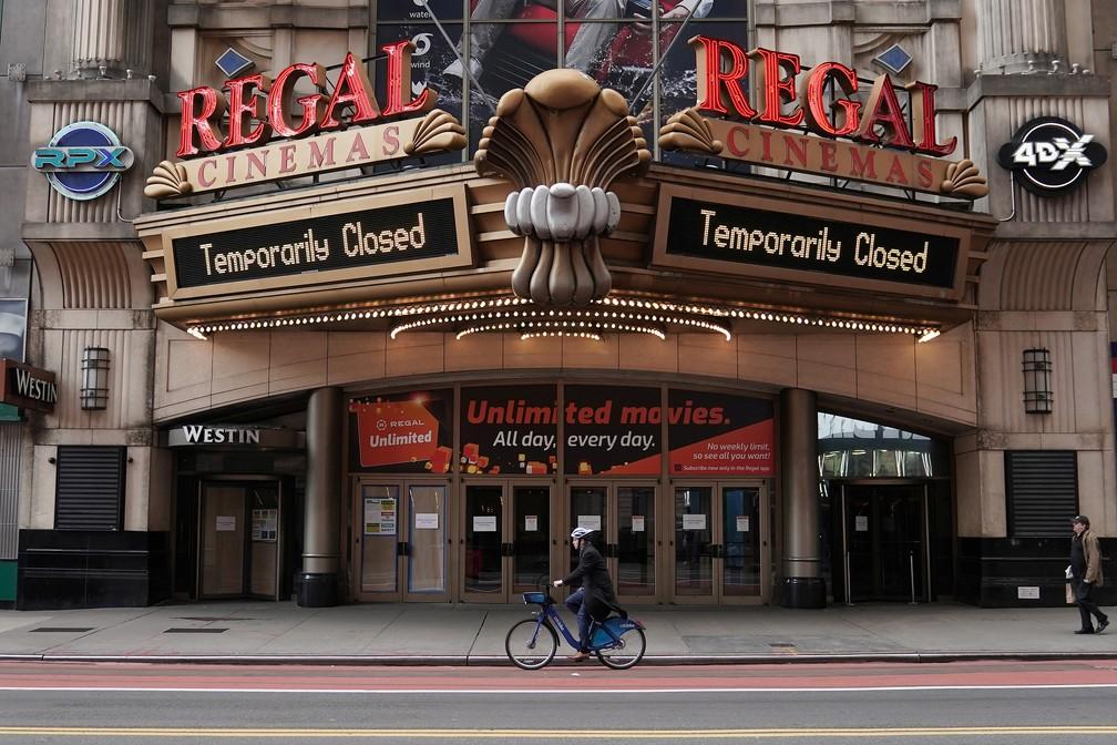 Cinema fechado na Times Square — Foto: REUTERS/Carlo Allegri