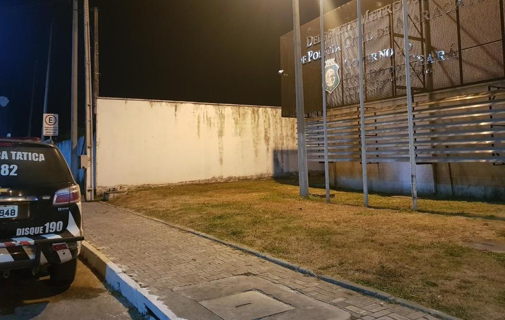 Caso foi registrado na Delegacia Metropolitana de Maracanaú — Foto: Raafaela Duarte