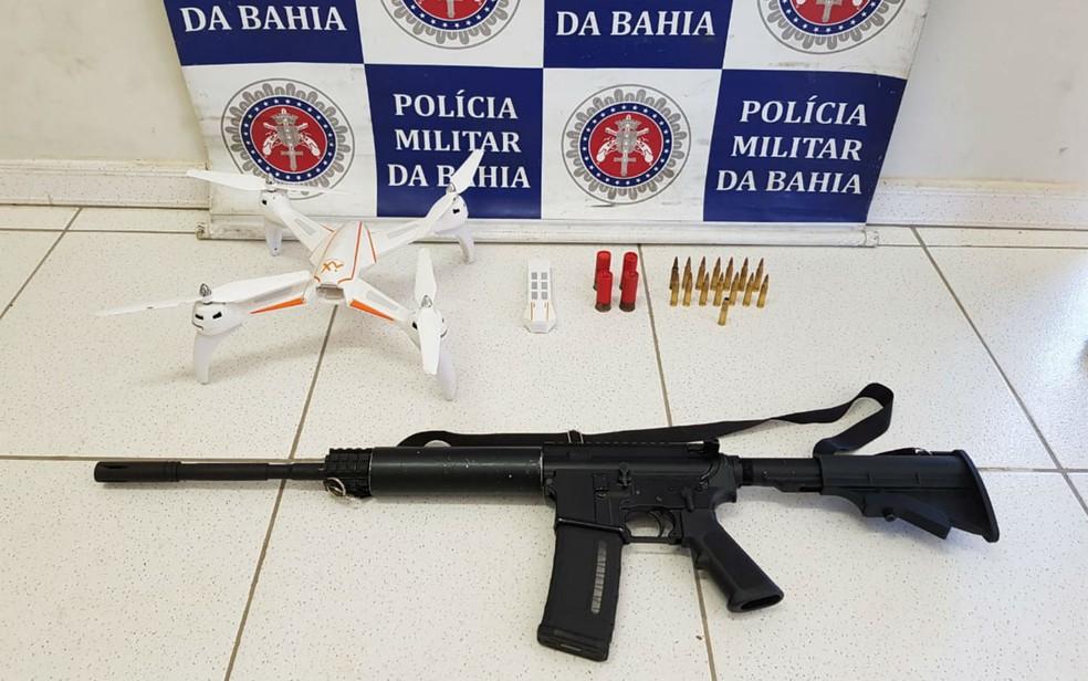 Fuzil e drone foram apreendidos com quadrilha em Porto Seguro (Foto: Divulgação/SSP-BA)