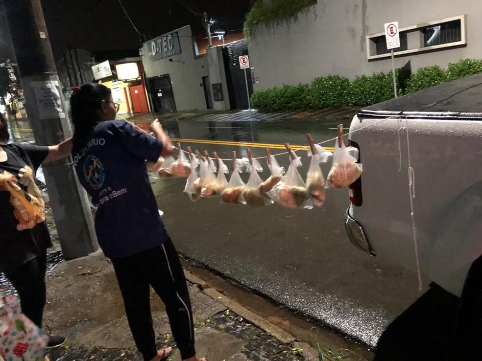 Preparação de varal com lanches para moradores de rua, em Limeira: ação voluntária — Foto: Arquivo Pessoal