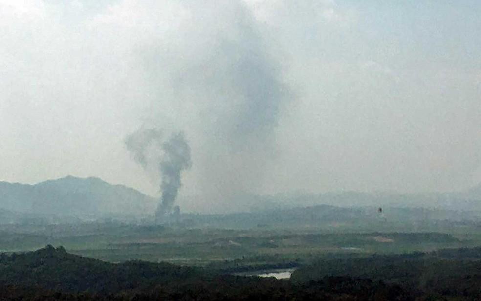 Fumaça do Complexo Industrial Kaesong, em imagem feita do lado sul em Paju, na Coreia do Sul — Foto: Reuters