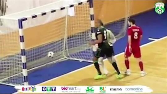 Brasileiro faz gol de mão, mas avisa ao árbitro, que invalida o lance na Copa Bielorrussa