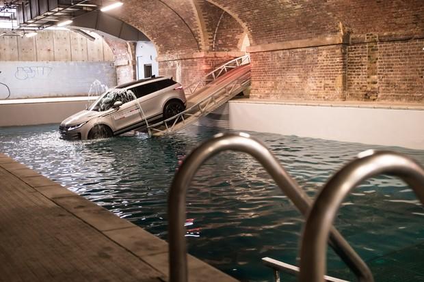 Já quis mergulhar um Evoque em uma piscina? Nós fizemos isso (Foto: Divulgação)