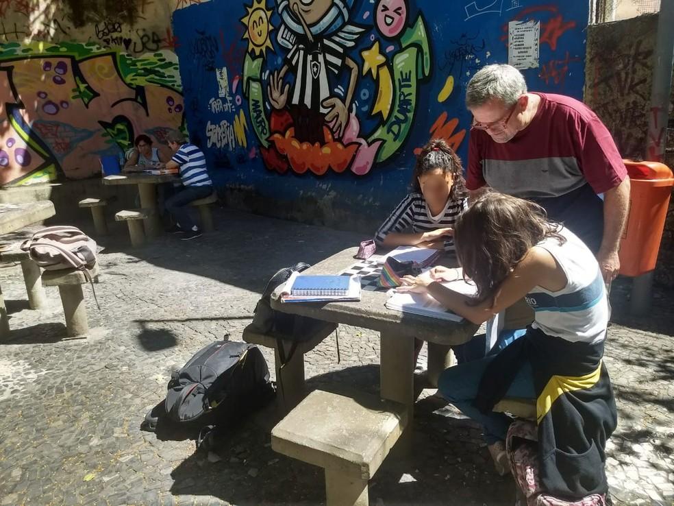 Praça pública de Botafogo serve de sala de aula para voluntários na Zona Sul do Rio. — Foto: Daiene Santos/G1