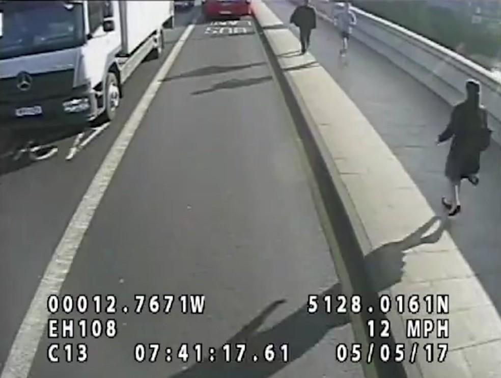 Imagem mostra homem que empurrou mulher para a frente de ônibus em Londres (Foto: Metropolitan Police via AP)