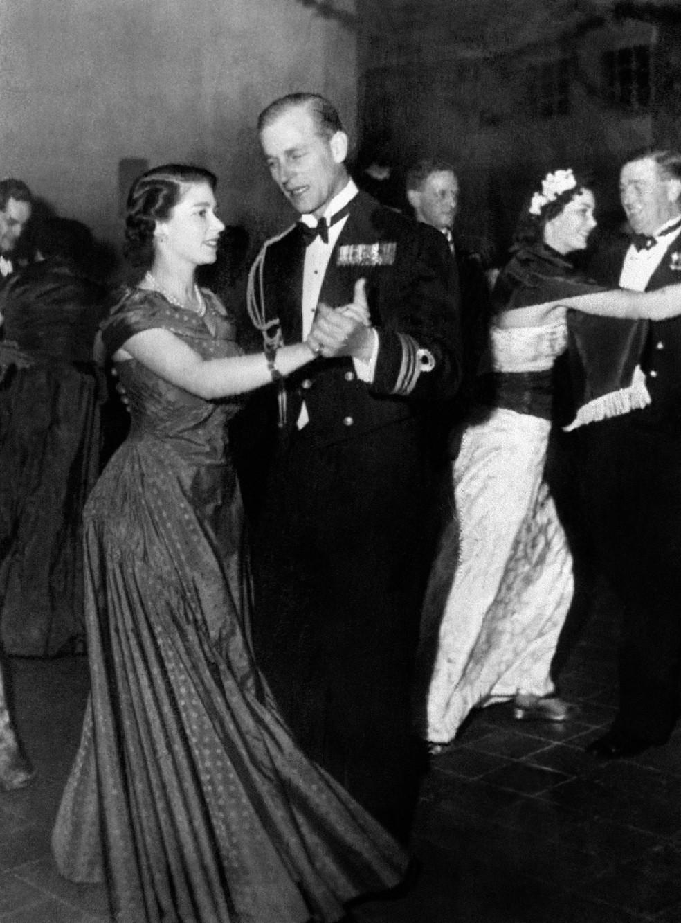Princesa Elizabeth e o Príncipe Philip são fotografados durante baile organizado pela Marinha Real, em de dezembro de 1950 — Foto: AFP