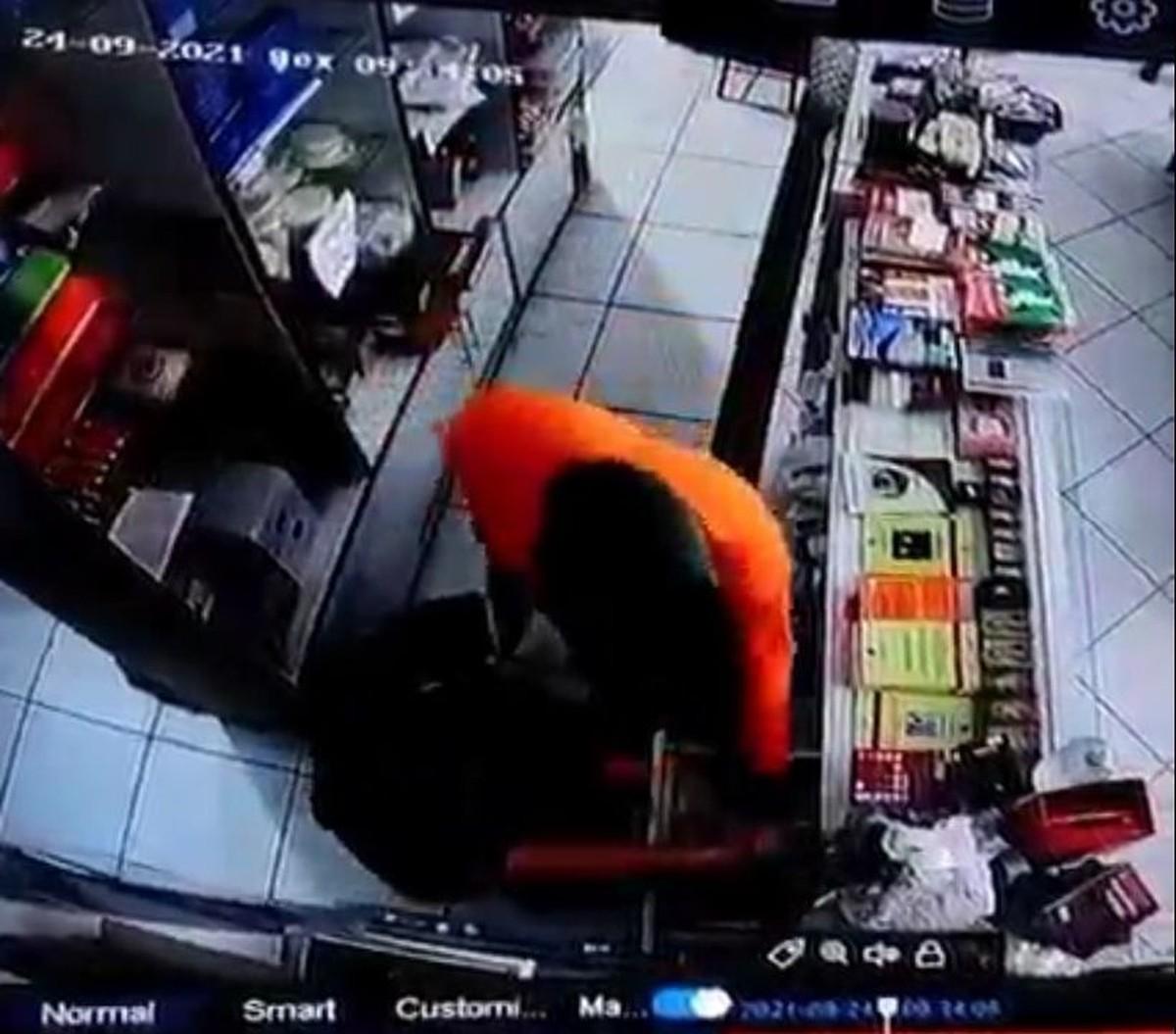 Câmeras de segurança flagram momento em que assaltante rende funcionária e rouba dinheiro de caixa em Arapiraca