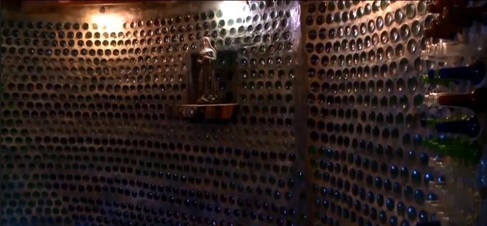 Capela feita com garrafas e outros materiais recicláveis em Chapecó — Foto: Reprodução/NSC TV