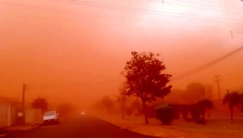 Tempestade de areia atinge cidades do interior de SP, Palmital — Foto: Bruno Pomari/Jornal da Comarca