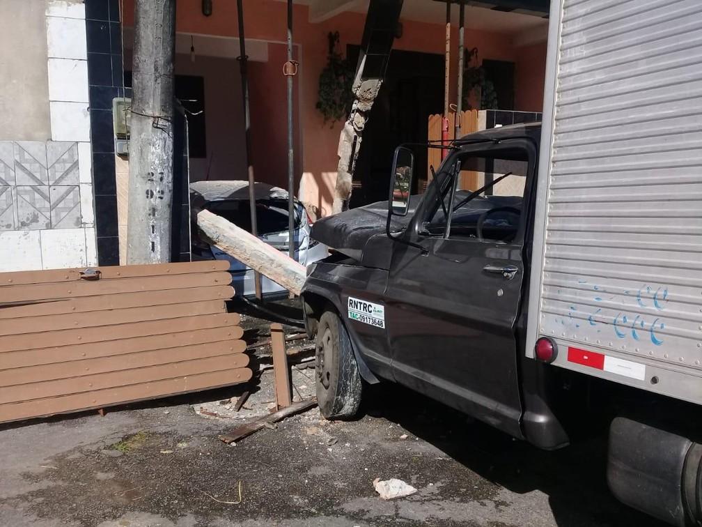 Caminhão invade casa em Plataforma, em Salvador — Foto: Codesal