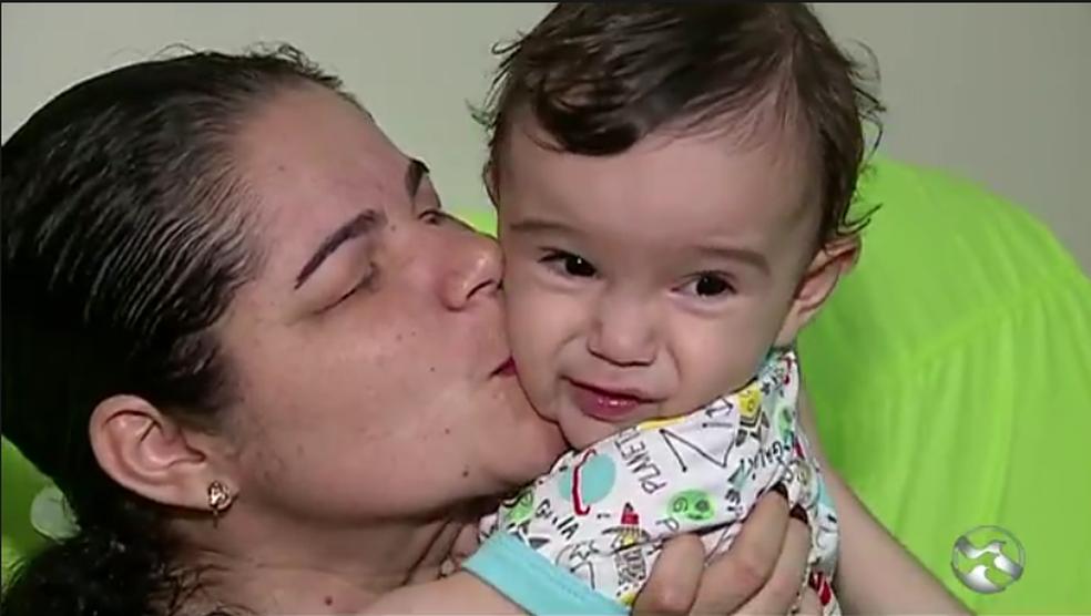 Patrícia Mendes com o filho de dez meses (Foto: TV Asa Branca/Reprodução)