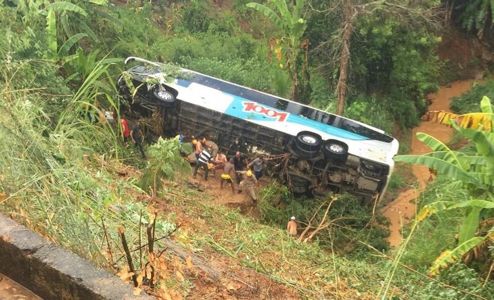 Quatro pessoas morreram no acidente entre um ônibus intermunicipal e um carro — Foto: Divulgação/Polícia Militar