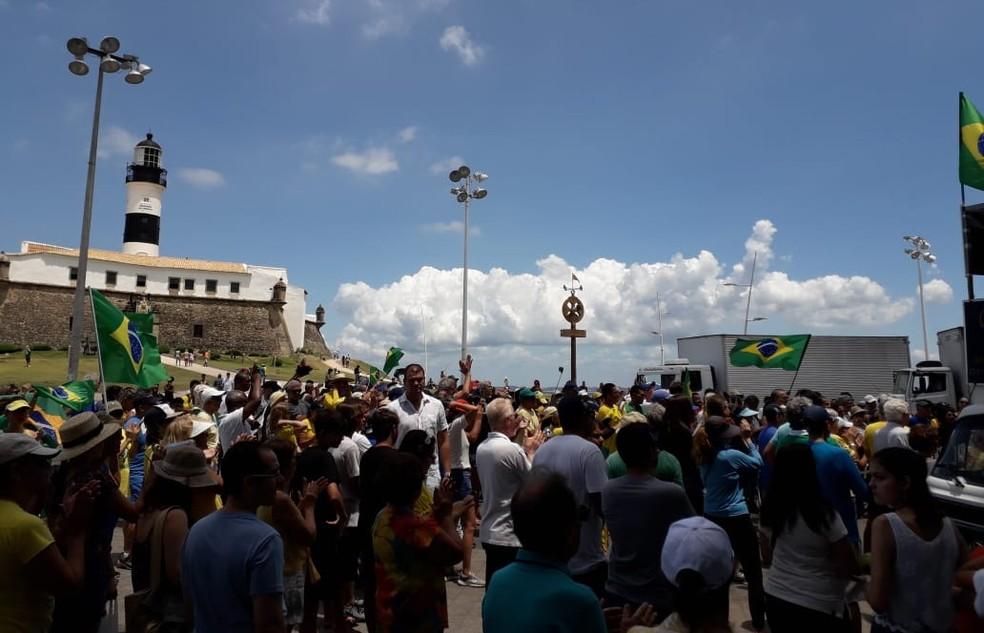 Ato aconteceu em frente ao Farol da Barra, em Salvador, neste domingo (17).  — Foto: Marcelo Xavier / TV Bahia