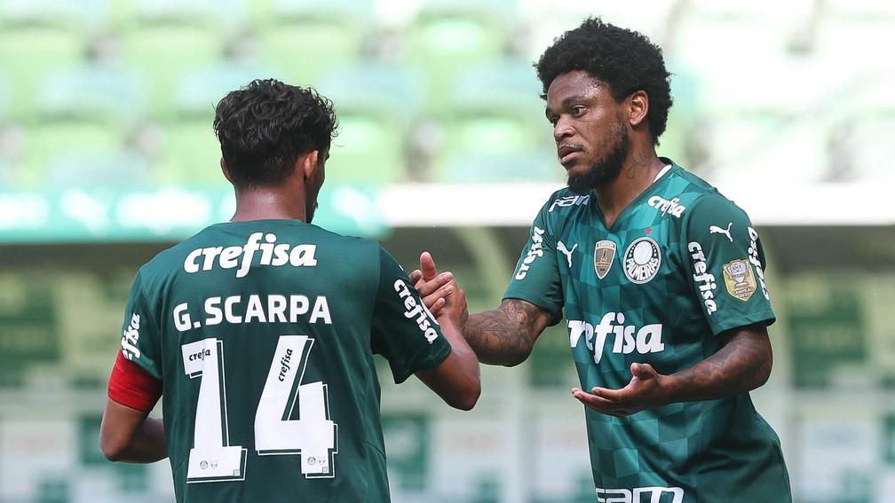 Gustavo Scarpa e Luiz Adriano, do Palmeiras, disputam jogo-treino no Allianz Parque — Foto: Cesar Greco
