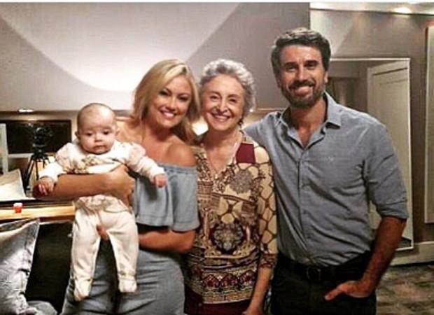 Com a bebê no colo, Ellen Rocche posa com Ana Lúcia Torre e Eriberto Leão nos bastidores de gravação (Foto: Reprodução/Instagram)
