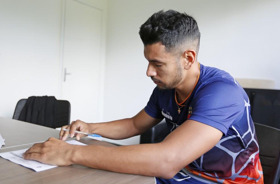 Ríos assina a renovação de contrato com o Vasco (Foto: Rafael Ribeiro/Vasco)
