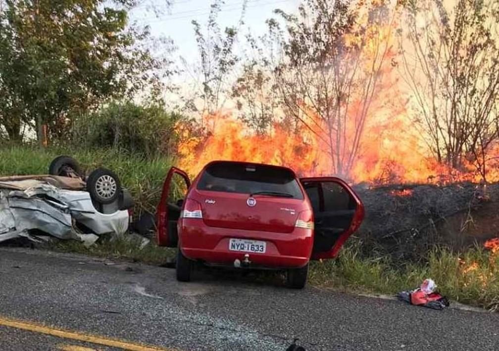 Avó e neto de 10 anos morrem após carros pegarem fogo depois de colisão frontal na BA; outras 3 pessoas ficaram feridas — Foto: Danuse Cunha/Itamaraju Notícias