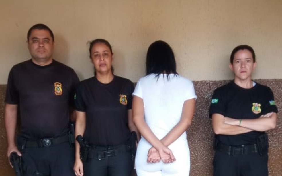 Mulher foi descoberta com a droga no suti� durante revista feita pelos agentes  — Foto: Divulga��o/DGAP