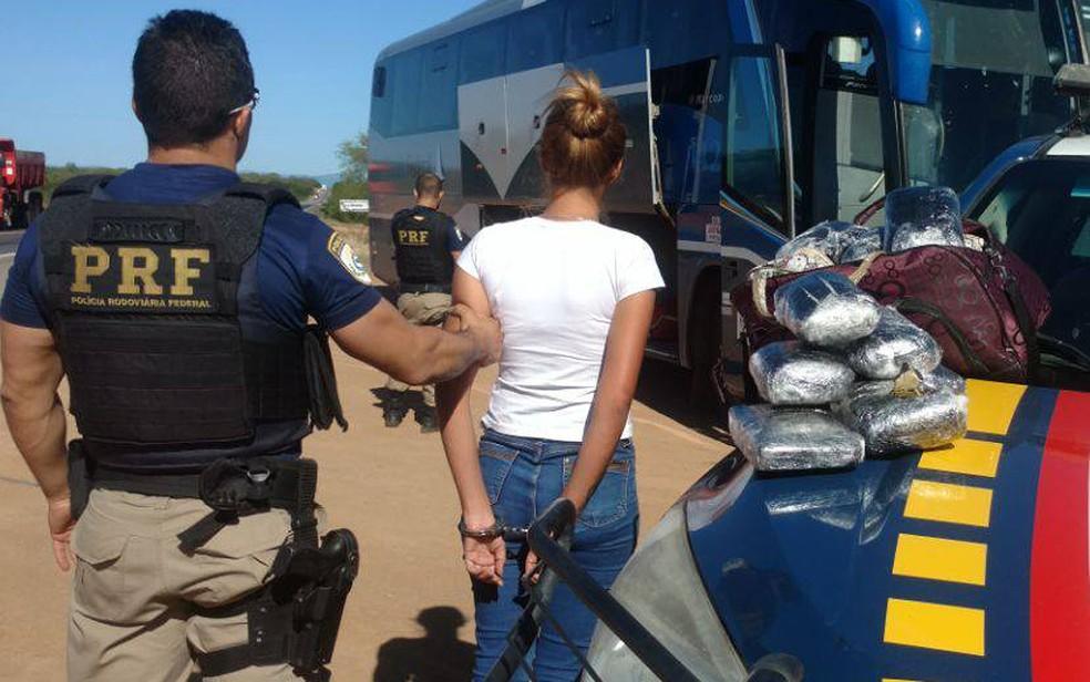 Jovem de 22 anos foi presa com maconha dentro de uma bolsa, em um ônibus, na Bahia (Foto: PRF/ Divulgação)