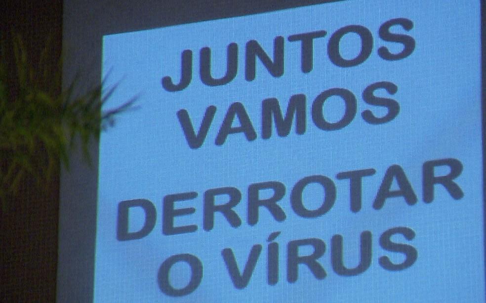 'Juntos vamos derrotar o vírus', diz mensagem projetada, em Curitiba — Foto: Reprodução/RPC