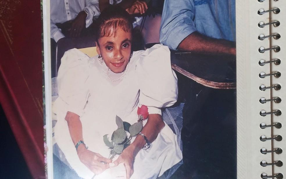 Foto em álbum de família mostra Glady na cerimônia de conclusão do ensino médio  (Foto: Juliana Almirante/ G1)