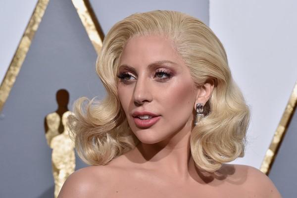 A cantora e atriz Lady Gaga utilizando um par de brincos de 32 milhões de reais (Foto: Getty Images)
