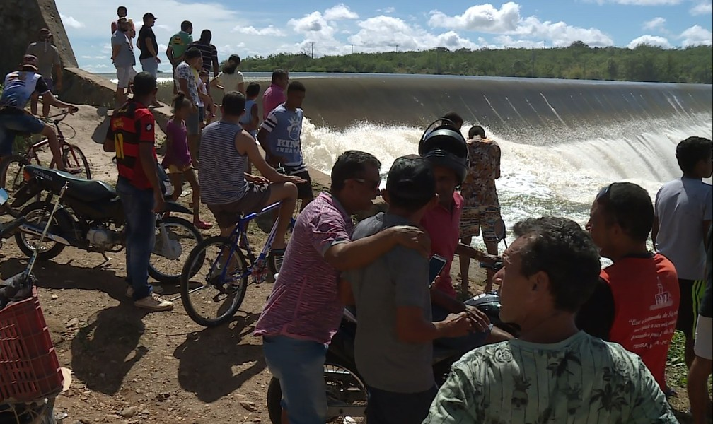 Moradores de Terra Nova ignoram risco de rompimento da barragem Senador Nilo Coelho — Foto: Reprodução / TV Grande Rio
