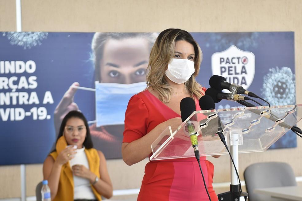 Kelly Lima, coordenadora do Cerest, fala sobre o número de casos entre os profissionais de saúde e segurança — Foto: Elisa Elsie