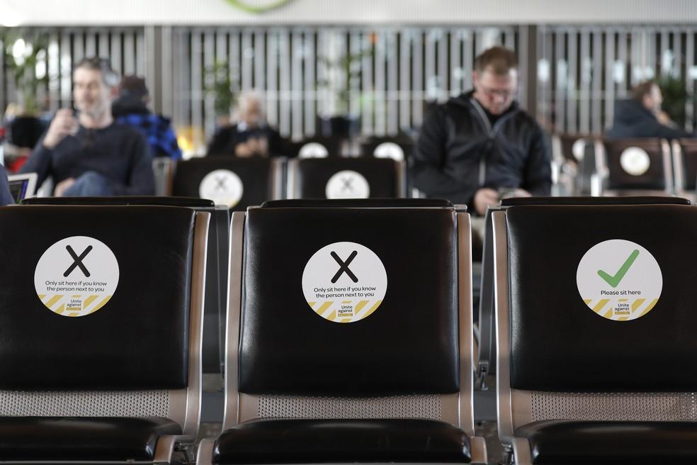 Foto de 14 de maio mostra medida de restrição em aeroporto na Nova Zelândia — Foto: Mark Baker/Arquivo AP Photo