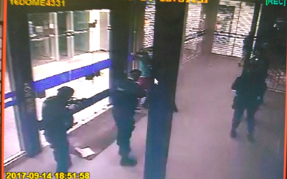 Câmera de segurança de agência da Caixa Econômica em Brasília registrou abordagem da Polícia Militar a suspeito de instalar 'pescador' em caixa eletrônico  (Foto: Polícia Militar/Divulgação)