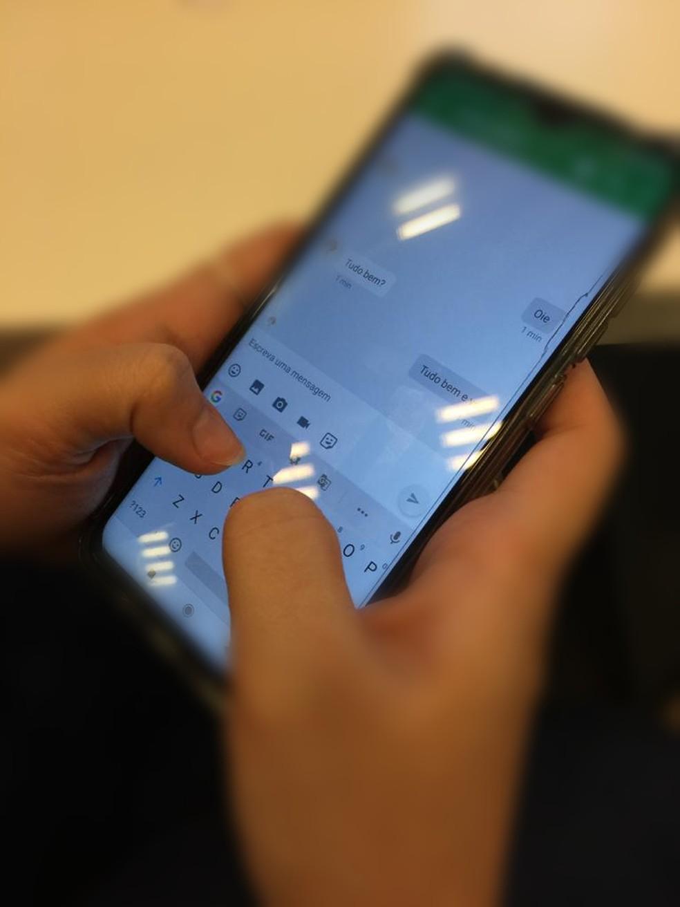 Vítima conheceu o estelionatário no aplicativo Hangouts, do Google.  — Foto: Juliana Steil/G1