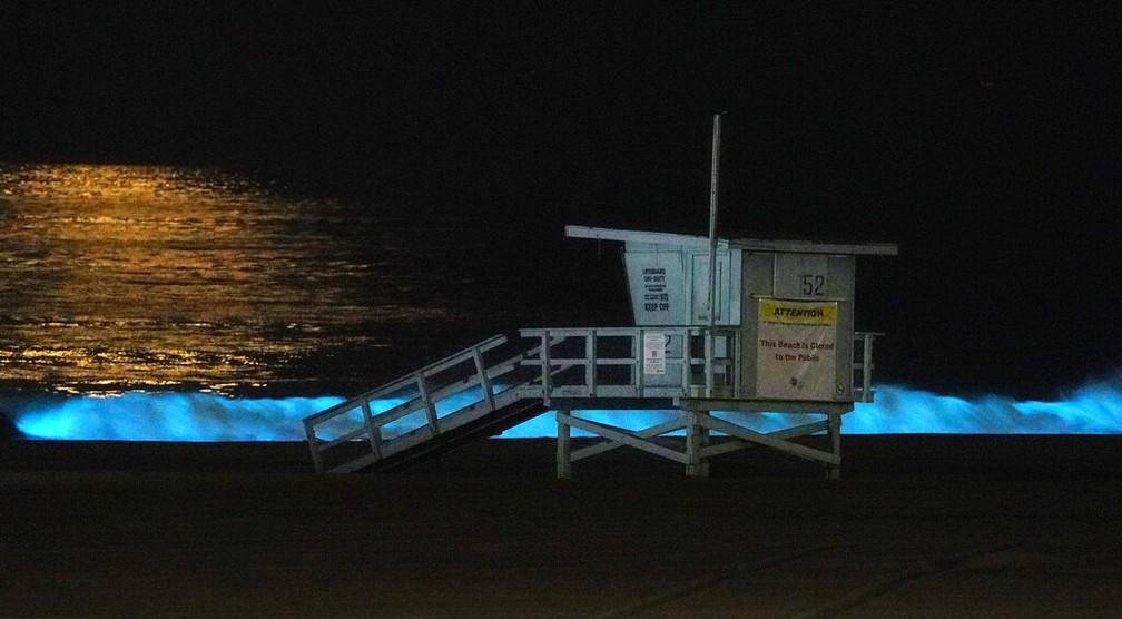 Algas bioluminescentes iluminam a costa da Califórnia. Imagem mostra a cabine de salva-vidas na praia de Dockweiler, Los Angeles. A área está fechada para o público por conta da pandemia de coronavírus — Foto: Mark J. Terrill/AP