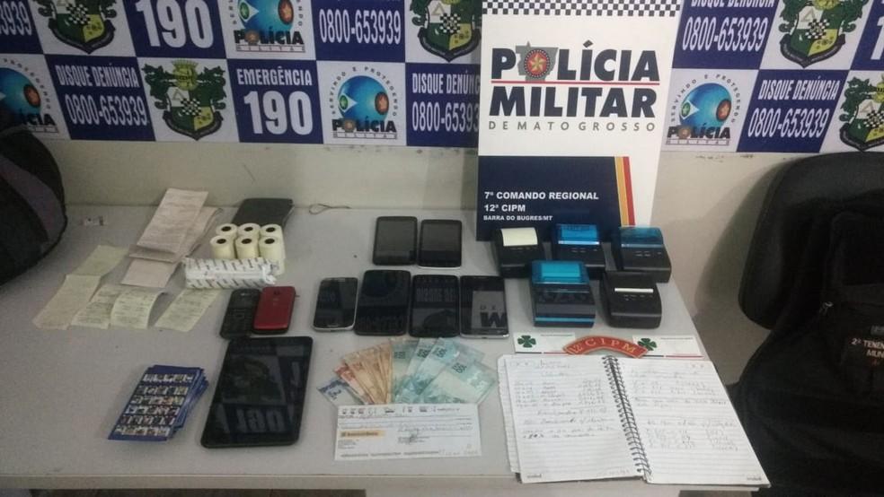 Objetos encontrados no carro conduzido pelos suspeitos (Foto: Polícia Civil-MT)