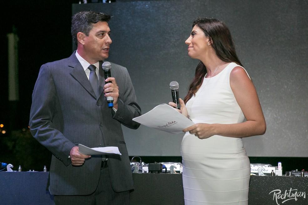 Repórter da Inter TV, Rildo Herrera, e a expert em wedding destination, Raquel Abdu, conduziram a cerimônia em Búzios, no RJ (Foto: Alexandre Rechtman/Projeto Fadas Madrinhas)