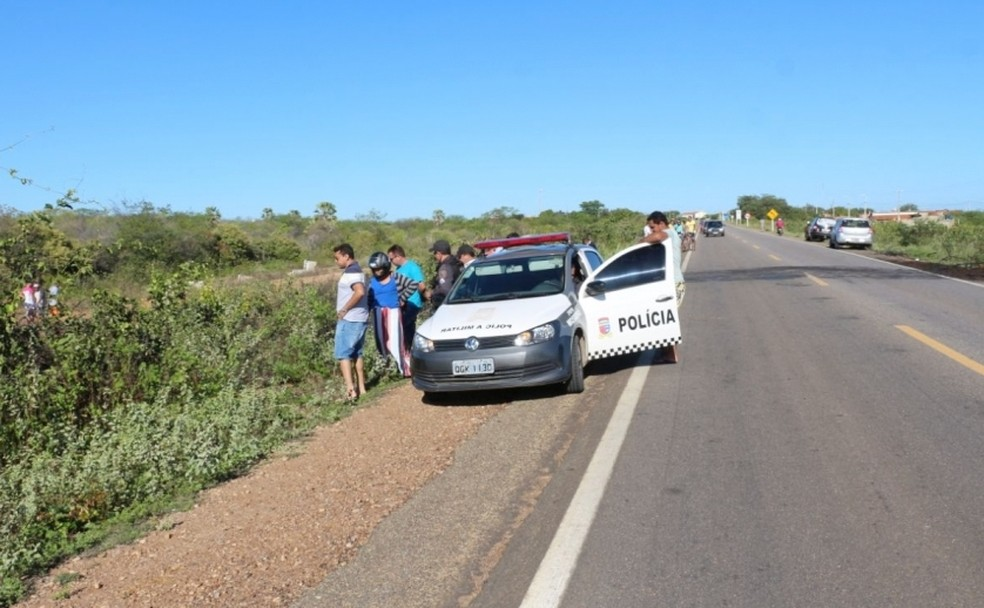 Corpo do taxista foi encontrado em uma das marginais da BR-405 (Foto: Marcelino Neto/O Câmera)
