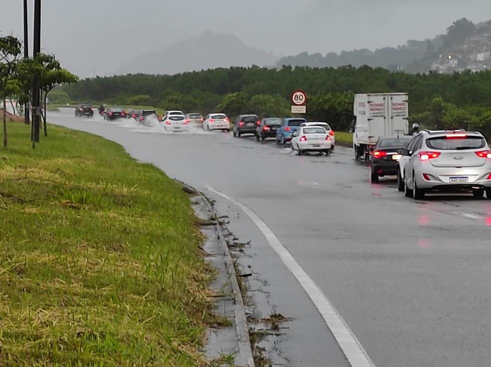 Chuva causa alagamentos na SC-401 em Florianópolis — Foto: PMRv/ Divulgação