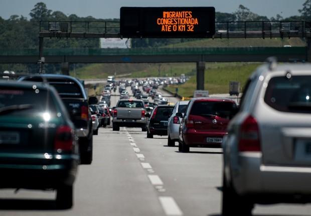Trânsito intenso na saída de São Paulo rumo ao litoral ; trânsito nas estradas ; engarrafamento nas rodovias ;  (Foto: Marcelo Camargo/Agência Brasil)