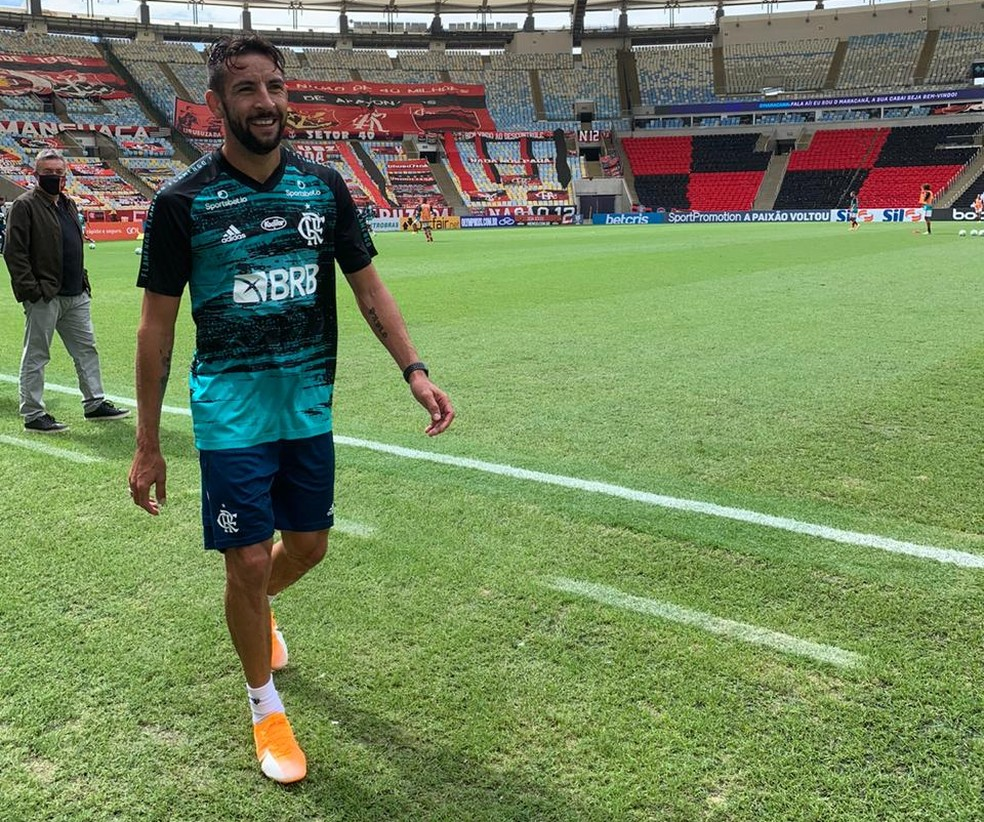 Com Dome ao fundo, Isla deixa o gramado do Maracanã. Ele treinou no estádio pela primeira vez como rubro-negro — Foto: Guido Nunes
