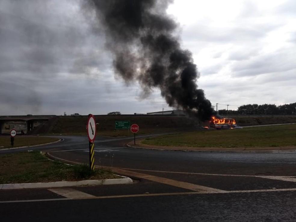 Motorista tentou apagar o fogo, mas chamas se alastraram rapidamente em micro-ônibus em Birigui (SP). Ninguém ficou ferido (Foto: Arquivo Pessoal)
